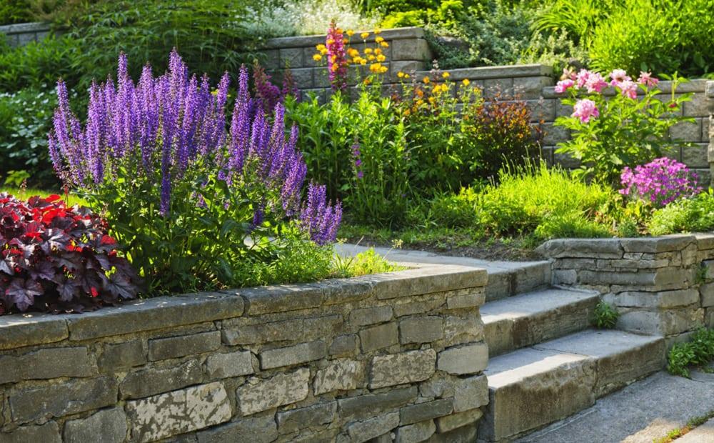 Pflaster und Mauern aus Stein
